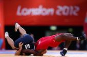 奥运图:摔跤男子84公斤级 互摔在地