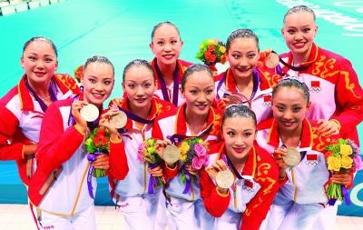 8月10日,中国队选手在展示银牌。当日,2012伦敦奥运会花样游泳集体比赛结束,中国队以194.010分的成绩获得银牌。 新华社记者 任正来摄