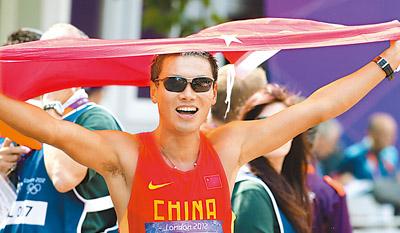 8月11日,司天峰在冲过终点后庆祝。当日,在伦敦奥运会男子50公里竞走比赛中,中国选手司天峰获得铜牌。这是中国军团在该项目上取得的首枚奖牌。