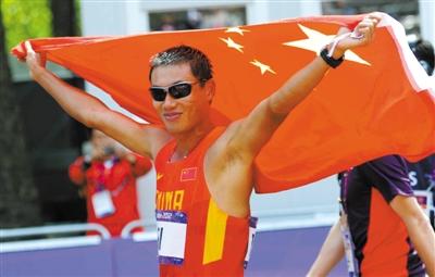 夺得历史性的一枚铜牌后,司天峰举起国旗庆祝。 图/Osports