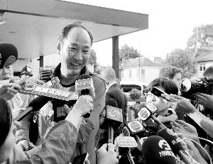 刘翔手术结束后,孙海平走出惠灵顿医院,接受媒体采访