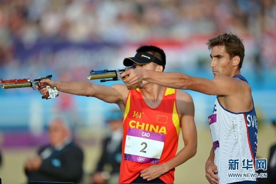 2012年8月11日,现代五项捷克选手斯沃博达摘金。图为,捷克选手斯沃博达在颁奖仪式上。当日,在伦敦奥运会男子现代五项比赛中,斯沃博达以5928分的成绩夺得冠军。新华社记者 刘大伟