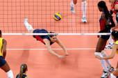 奥运图:女排决赛巴西夺冠 奋力救球