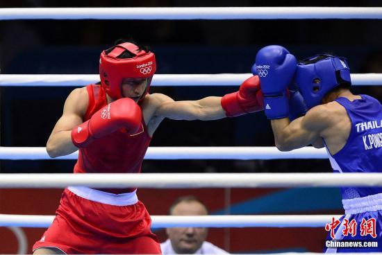 当地时间8月11日,奥运男子49公斤级拳击决赛,中国选手邹市明夺得金牌。图为中国选手邹市明(红)在决赛中。Osport全体育图片社