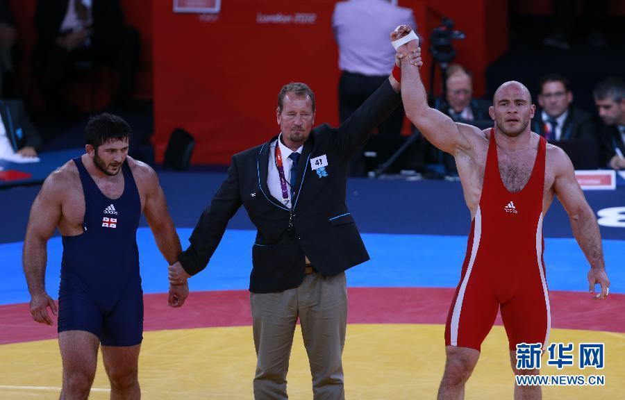 男子自由式摔跤120公斤级:乌兹别克斯坦选手夺冠