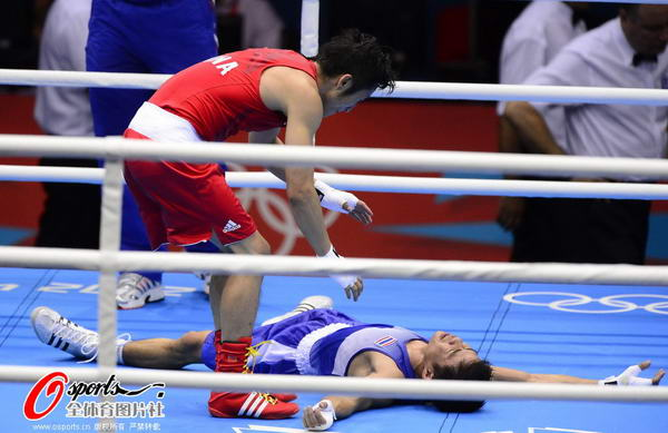 奥运图:邹市明卫冕拳击49KG冠军 安慰对手