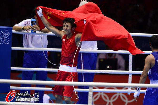 奥运图:邹市明卫冕拳击49KG冠军 身披国旗