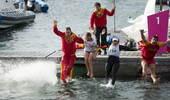 奥运图:帆船6M女子对抗赛 教练队员集体跳海
