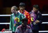 奥运图:邹市明微笑亲吻金牌 前三名合影