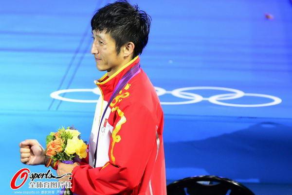 奥运图:邹市明微笑亲吻金牌 冠军手持鲜花