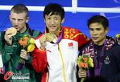 奥运图:邹市明微笑亲吻金牌 合照