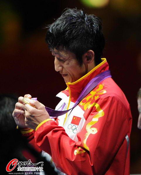 奥运图:邹市明微笑亲吻金牌 邹市明王者风范