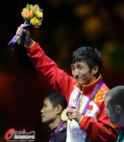 奥运图:邹市明微笑亲吻金牌 高举鲜花