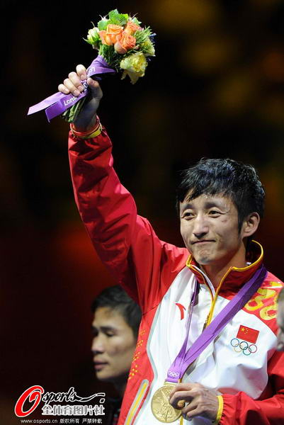 奥运图:邹市明微笑亲吻金牌 向观众致意