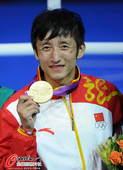 奥运图:邹市明微笑亲吻金牌 展示金牌