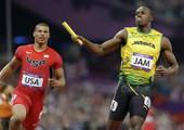 奥运图:博尔特领牙买加队夺冠 博尔特冲过终点