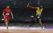 奥运图:博尔特领牙买加队夺冠 博尔特强力撞线