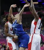 奥运图:美国女篮实现五连冠 美国队员犯规
