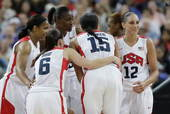 奥运图:美国女篮实现五连冠 美国队员拥抱