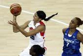 奥运图:美国女篮实现五连冠 帕克上篮