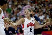 奥运图:美国女篮实现五连冠 苏伯德与队友击掌