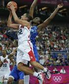奥运图:美国女篮实现五连冠 陶乐西强攻上篮