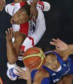 奥运图:美国女篮实现五连冠 争抢篮板