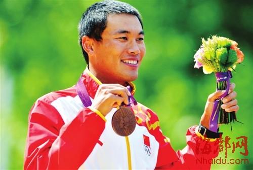 司天峰在领奖台上展示奖牌