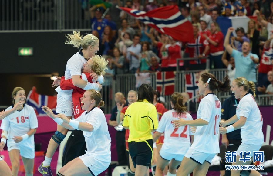 2012年8月11日,手球女子决赛:挪威队夺冠。图为,挪威队球员在庆祝。当日,在伦敦奥运会女子手球决赛中,挪威队以26比23战胜黑山队,夺得冠军。 新华社记者 吴晓凌