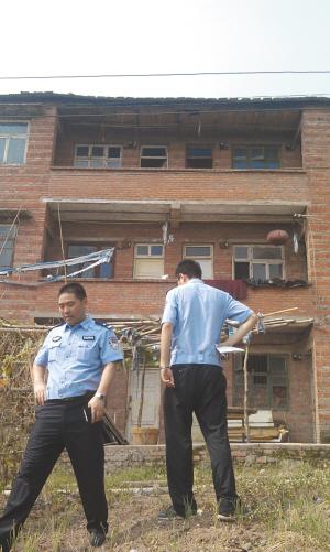 嫌犯周克华的家被警方控制 都市时报记者 谢寅宗