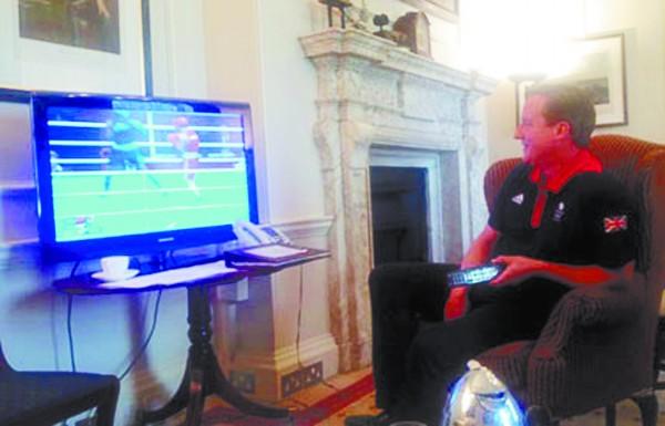 卡梅伦选择宅在家中看拳击比赛。