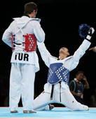 奥运图:男子跆拳道刘哮波摘铜 刘哮波跪地庆祝