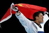 奥运图:男子跆拳道刘哮波摘铜 刘哮波身披国旗