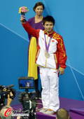 奥运图:男子十米台美国夺金 邱波举花束
