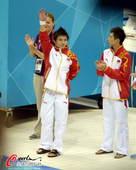 奥运图:男子十米台美国夺金 向观众招手