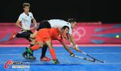 奥运图:德国曲棍球得胜激情相拥 激烈争抢
