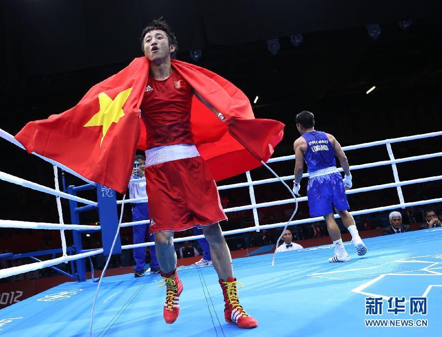8月11日,邹市明的妻儿在赛场与他共同庆祝夺冠。当日,在伦敦奥运会男子拳击49公斤级决赛中,邹市明以13比10战胜泰国选手庞普里亚杨,获得冠军。新华社记者王申摄