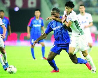 德罗巴不仅是球迷关注的对象,也是记者镜头中的焦点。
