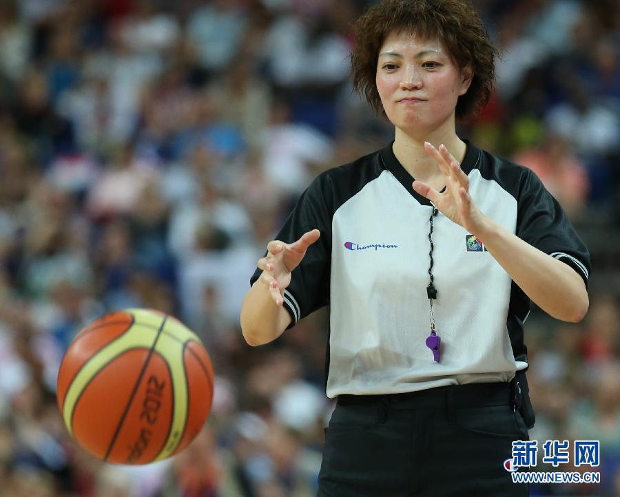 8月11日,彭玲在比赛中执法。当日,在2012年伦敦奥运会女子篮球决赛中,美国队对阵法国队,中国裁判彭玲执法本场比赛。 新华社记者孟永民摄
