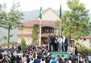 2009年3月22日,在伊斯兰堡,乔杜里的支持者在他的住所外参加升旗仪式庆祝他复职。东方IC供图