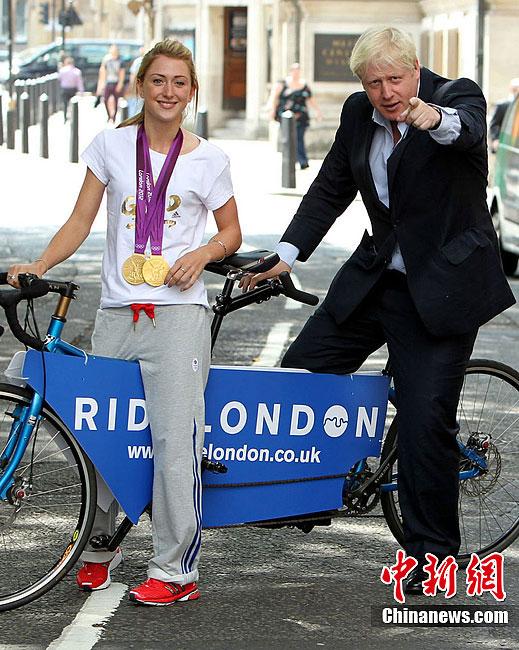 8月11日,场地自行车奥运冠军英国选手特洛特与伦敦市长骑双人自行车。图片来源:Osport全体育图片社