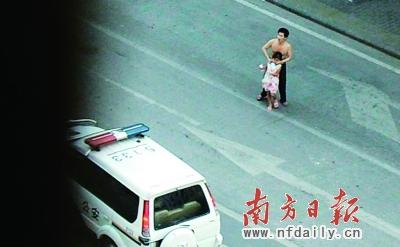 昨日,嫌疑人唐某在花都区狮岭镇永兴村菜市场附近挟持一女童,后被警方击毙。 肖雄 摄