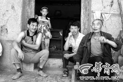 刘永贵(右一)讲述自己的行医历程 本报记者 陈兴王 摄