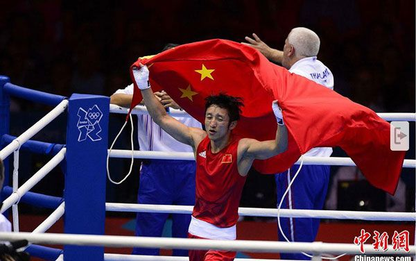 当地时间8月11日,奥运男子49公斤级拳击决赛,中国选手邹市明夺得金牌。图为中国选手邹市明(红)在决赛中。