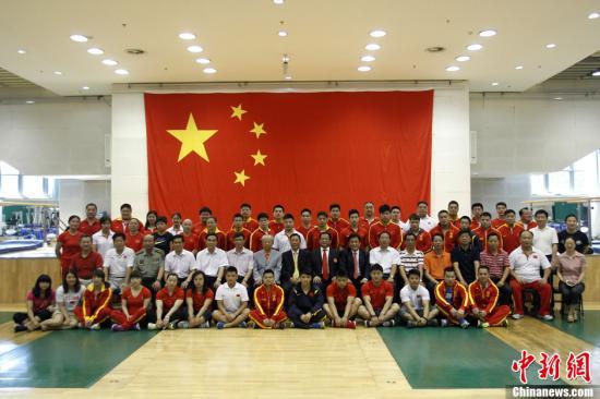 7月23日,中国重量基金伦敦奥运出征壮行新闻发布会在国家体育总局训练局举重篮球馆举行。中国举重队员将于24日出征伦敦奥运会。中新社发 苏丹 摄
