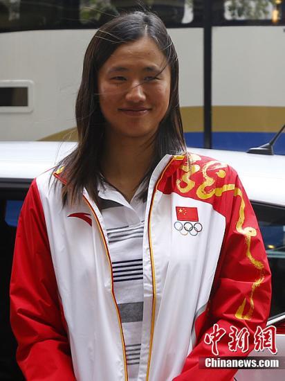 """当地时间8月7日,在伦敦奥运会上摘得激光雷迪尔级帆船赛冠军的中国选手徐莉佳,到访""""中国之家""""。记者 富田 摄"""