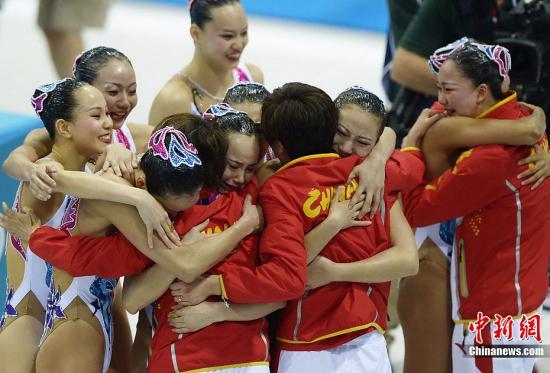 当地时间8月10日,2012伦敦奥运会花样游泳集体自由自选决赛,俄罗斯和中国分别获得金牌和银牌,西班牙夺得铜牌。图为中国队选手庆祝夺得银牌。Osport全体育图片社