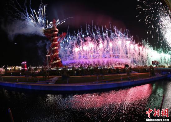 当地时间7月27日晚,伦敦奥运会在伦敦开幕。图为伦敦奥运会开幕式上的焰火表演。记者 盛佳鹏 摄