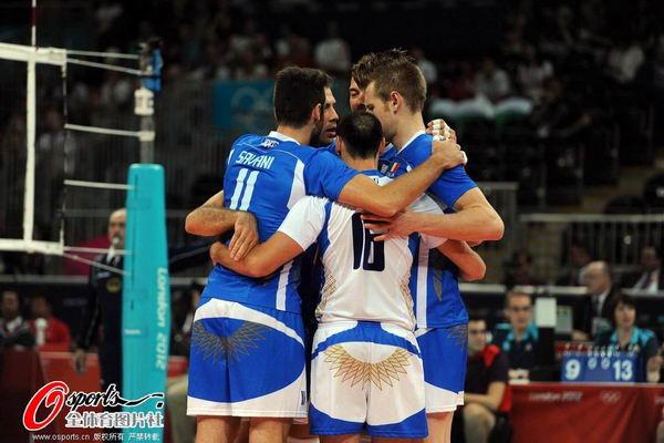 奥运图:意大利男排获得铜牌 意大利队员拥抱