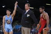 奥运图:男跤66公斤级日本夺冠 裁判抓起手示意